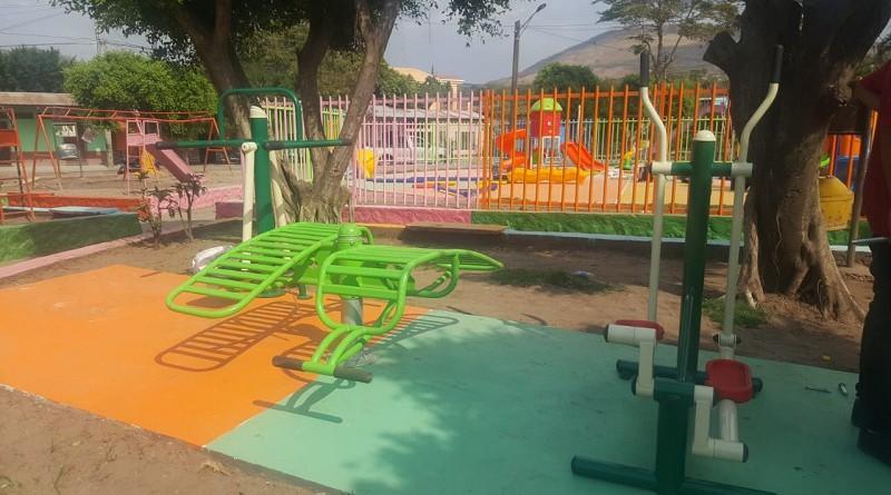 Parque Arnulfo Barba con una plaza al aire libre recién construida y juegos infantiles nuevos