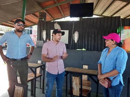 Leskier Castillo emprendedor del negocio turístico El Mirador El Calvario en alianza con el gobierno local conversa animadamente con la presidenta ejecutiva de Inifom.