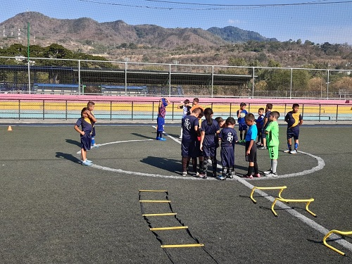 Aquí es el complejo deportivo Ernesto Cabrera con la academia municipal de fútbol donde se entrenan más de 150 niños de 6 a 15 años. Más de 2 mil jóvenes usan estas instalaciones para diversas ligas.