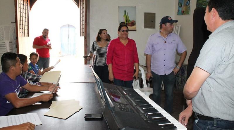 La comitiva llega a la escuela municipal coral