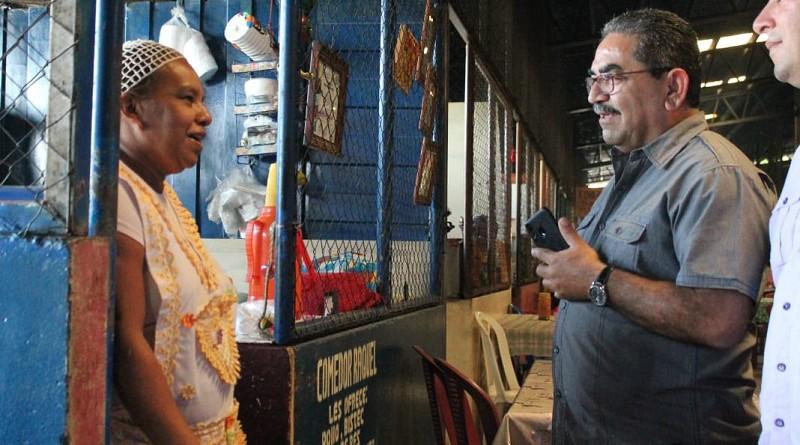 Cesar olivas delegado de Inifom en la Región I en el sector de comidas del mercado