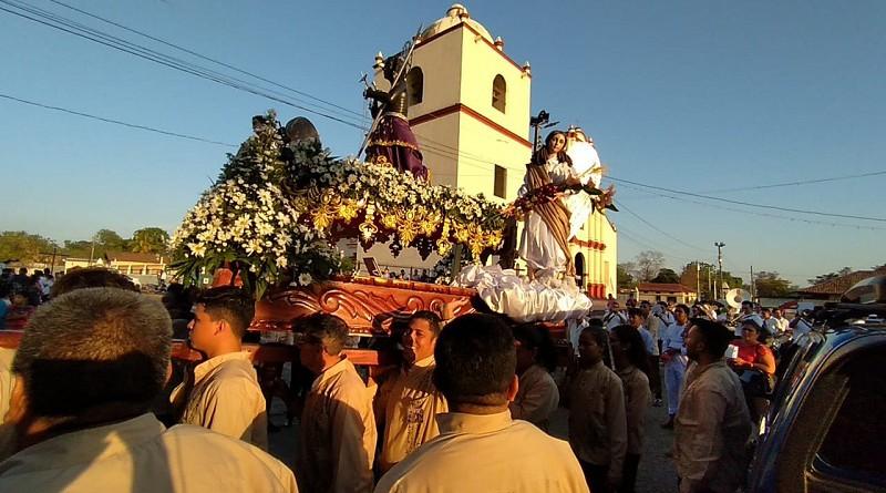 """San Benito con sus tradicionales""""luces"""" y otros devotos salió en procesión"""