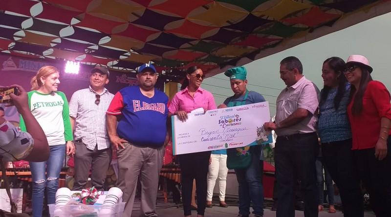 Anasha Campbell co directora de Intur entrega premio de 40 mil córdobas a Bryan José Nicaragua  quien ganó el primer lugar en el festival sabores de cuaresma