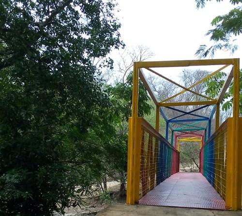Puente peatonal en Villa El carmen