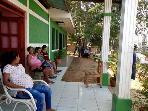 La Casa materna  Maura Ríos  de Nueva Guinea provee apoyo a las embarazadas a través del Ministerio de Salud y del gobierno local propiciándoles todas las condiciones antes y después del parto