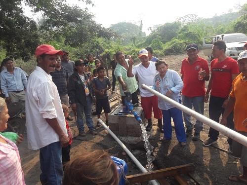 Alcaldesa María del Tránsito Guevara con pobladores de  La comunidad la Tiguilotada
