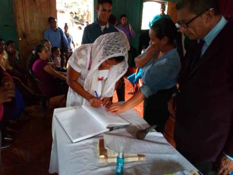El Castillo: Veinte y dos parejas formalizan su situación mediante el casamiento solidario, amenizado por concierto de música cristiana