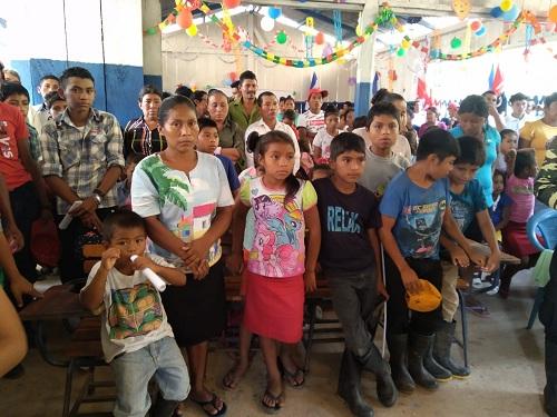 Padres de familia y escolares en inauguración de la escuela La Trinidad en comunidad El gonce, Bonanza
