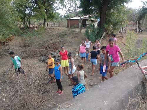 Familias de la comarca La Estación en Quezalguaque limpian su cauce