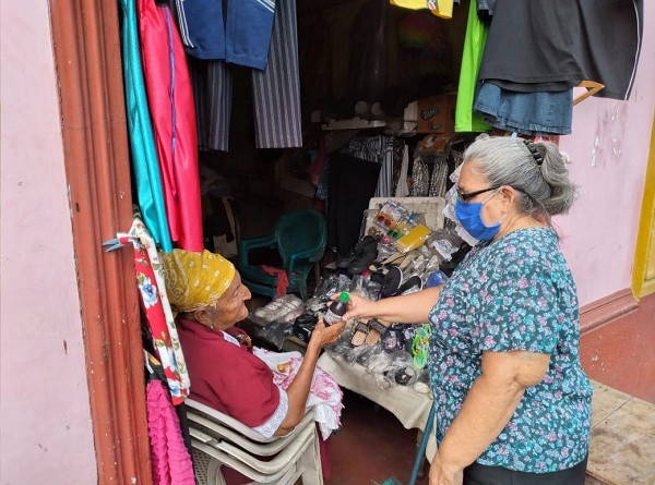 Cariñitos a madres del mercado de Corinto