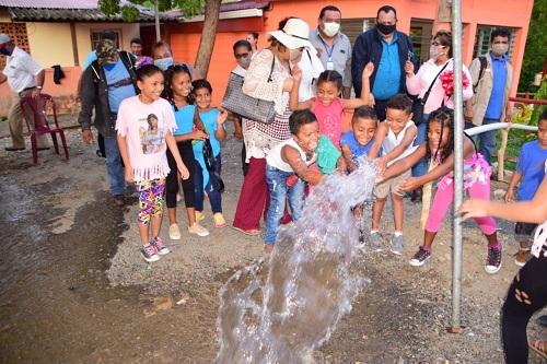 Cincuenta proyectos de agua potable, drenaje pluvial y alcantarillado, son parte de las 600 obras...Esta imagen refleja la alegría de los protagonistas en la inauguración del sistema de agua potable en Puerto Sandino y Miramar