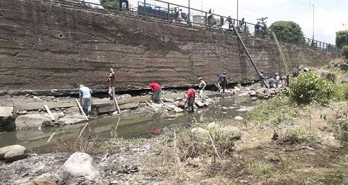 El punto más vulnerable de la ciudad de Matagalpa totalmente restuarado para evitar inundaciones-En la foto obreros en labores de reforzar bases.La operación ya finalizó