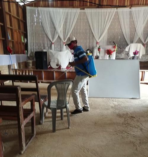 En labores de desinfección en la iglesia evangélica Nazareno en Boca de Sábalo, El Castillo