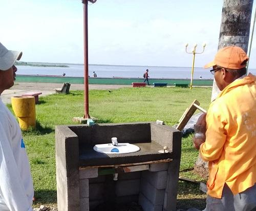 Instalando lavamanos en  El Malecón de San Carlos