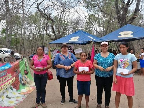 Margarita Vanegas, Jenie Estela Gómez y María Federlina Tobe ganadoras de las tres primeros lugares por haber confeccionado las sartas más grandes con la vice alcaldesa Milagros Corrales