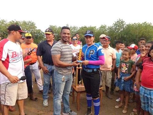 En la comunidad de El Bejuco, El Viejo, entrega de medallas a las mujeres atletas y premios  a los equipos de softbol femenino