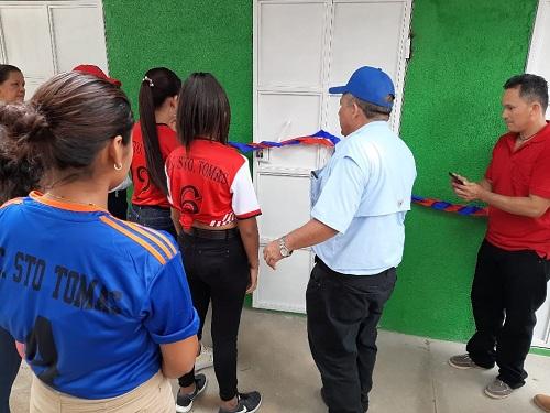 Momento inaugural de tarima y servicios higiénicos de cancha municipal de Santo Tomás del Norte