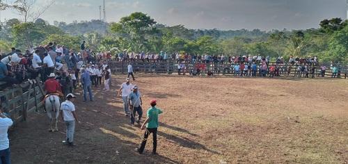 Actividades taurinas en la colonia Naciones Unidas en Nueva guinea