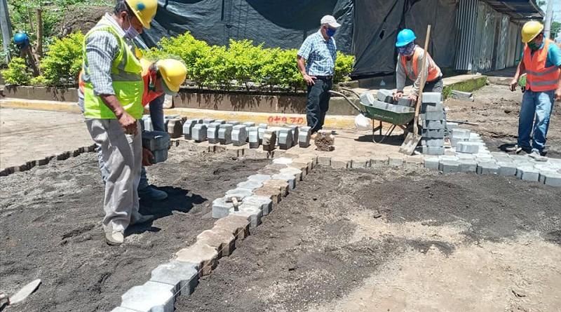 Inpeccionando obras del proyecto de agua
