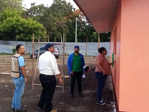 Equipo municipal de Telica supervisando la construcción de la estación de bomberos