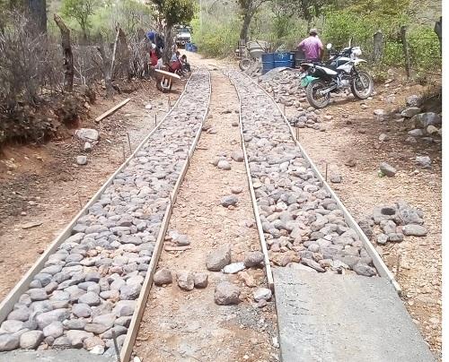 En San Isidro mejora de 22 kilómetros de caminos que llevan a las comunidades La Ceiba, San Ramón de las Uvas y Las Mangas.(Foto durante las obras)