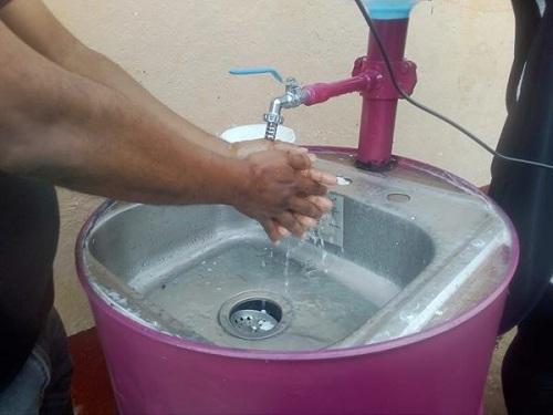 Lavamanos muy creativos  en espacios públicos en Dolores