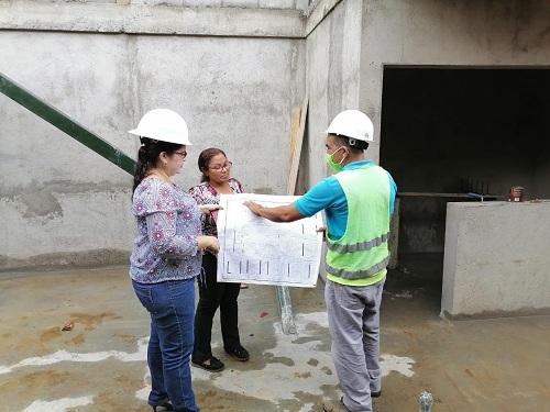 La vicealcaldesa de León inspecciona la construcción de la Plaza de la gastronomía