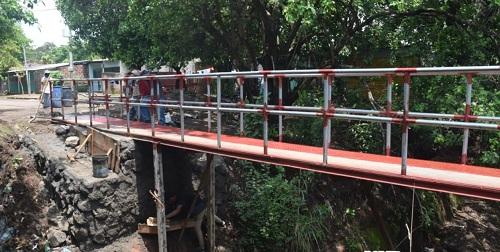En Granada puente peatonal rehabilitado.