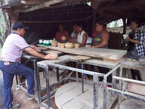 En los talleres de artesanía de barro en Las Sabanetas, Malpaisillo