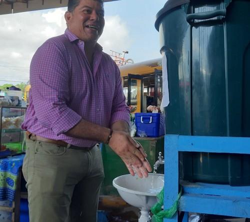 Equipo municipal presidido por el alcalde Wilfredo López, en el mercado