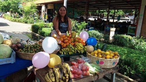 En una feria de frutas en el mercado