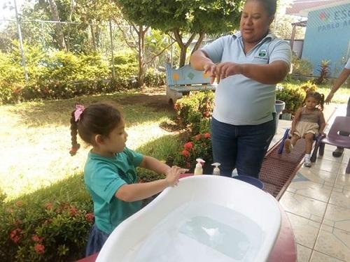 """""""Asi  se lavan las manos"""", orienta la educadora en la clase práctica"""