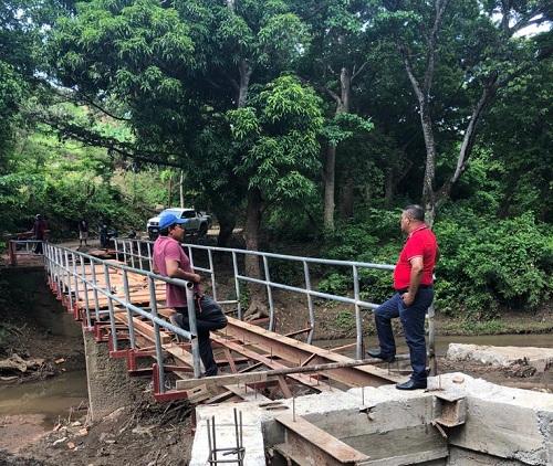 Seguimiento a la instalación del piso del puente El Panamá en Tola