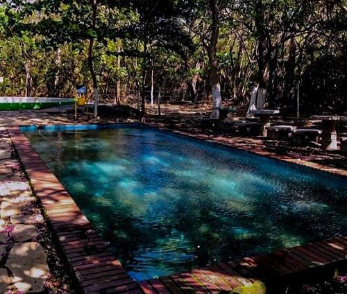 Piscina con agua sulfurosa en salinas de Nagualapa