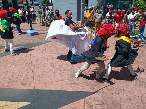 Los infantables Chinegros bailando La Contienda y la Yegua separándoos  en la pelea