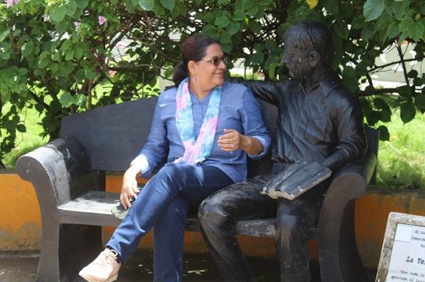 La presidenta del Inifom con la escultura síimbolo de la sabiduría