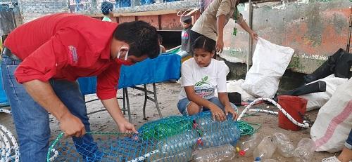 Instalación de la  primera nicabarda para contener la dispersión de la basura en la bahía