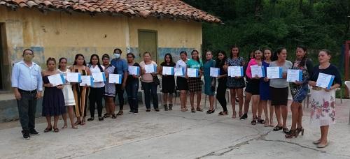 Protagonistas dela comunidad El Carizal en Cinco Pinos, alegres mestran sus certificados