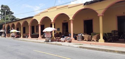 Monumental edificio del mercado de artesanías