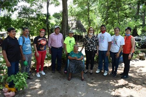 Doña Vicenta Ochoa con la alcaldesa de Granada, Julia Mena y su familia