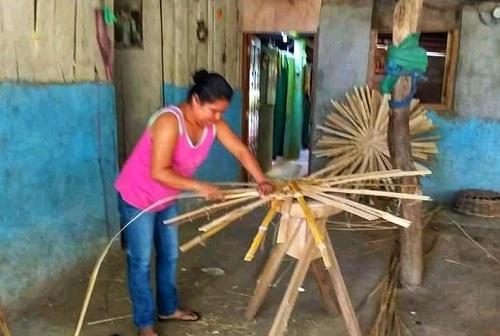 Elaborando canastos de bambú