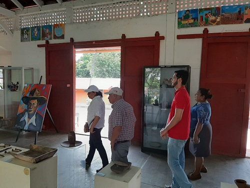 Ingresando a la casa de cultura y museo comunitario