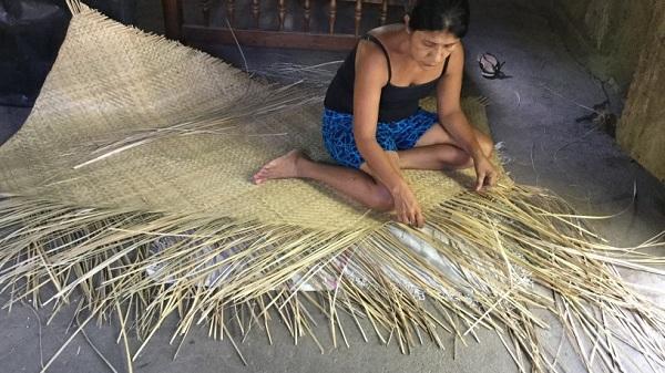 La elaboración de petates es una labor practicada casi sólo por mujeres