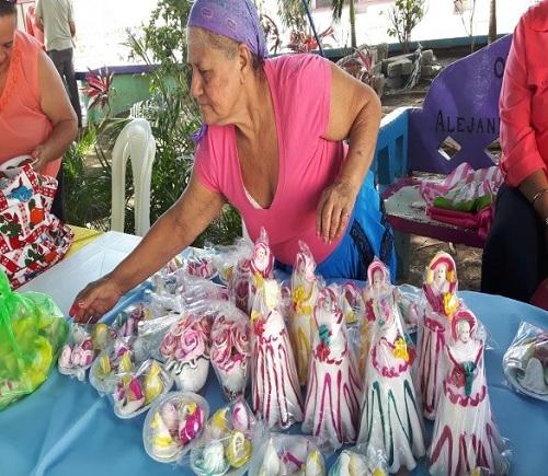 Es común ver estas esculturas de azúcar con semejanza de muñeca de venta en casi todas las fiestas patronales del país