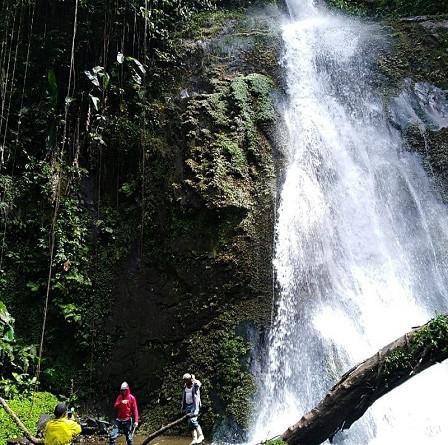 El Salto Parpar en una finca privada en la comunidad Santa Fe, tiene una caída de agua de 50 metros, situada 18 kilómetros de Ayapal.