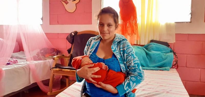 Una nueva vida que antes de venir al mundo en el centro de salud, su madre lo esperó en la casa materna para no correr riesgos en su comunidad