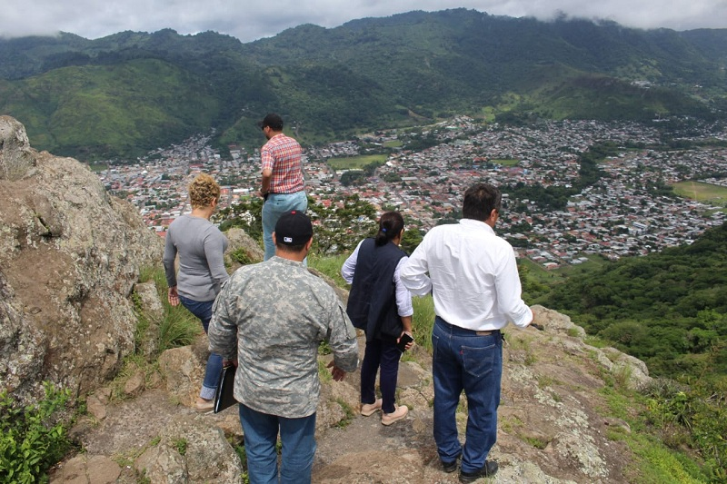 Divisando la ciudad de Las Brumas desde el atractivo turístico El Cerro de La Cruz