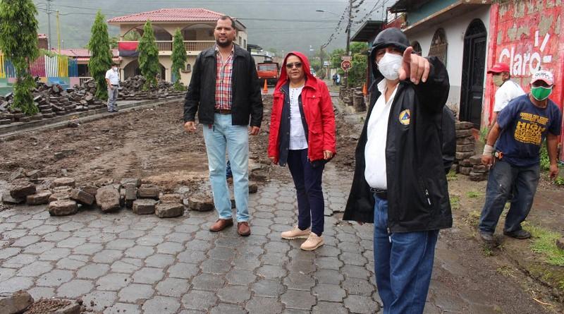 Visitando obras de reparación de calles