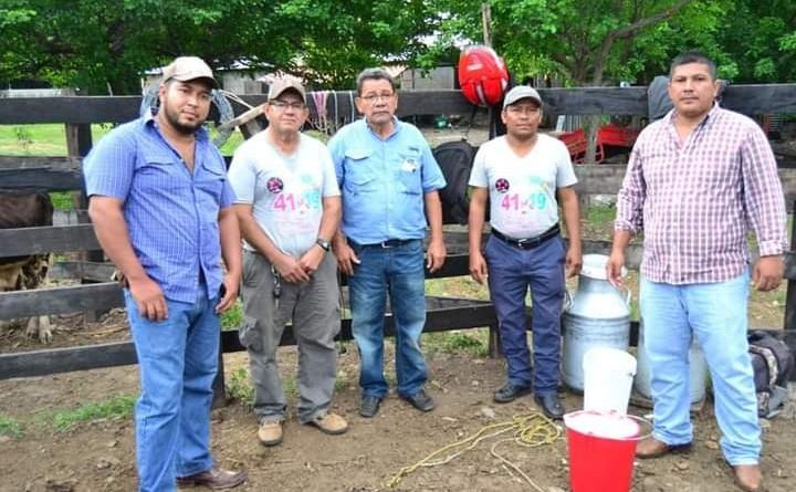 El alcalde de San Lorenzo Marcos Antonio Sandoval tercero de izquierda a derecha, en la  comunidad ganadera El Palo