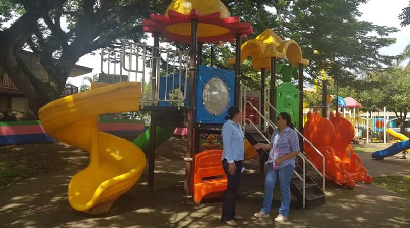 Área de niños en el parque municipal
